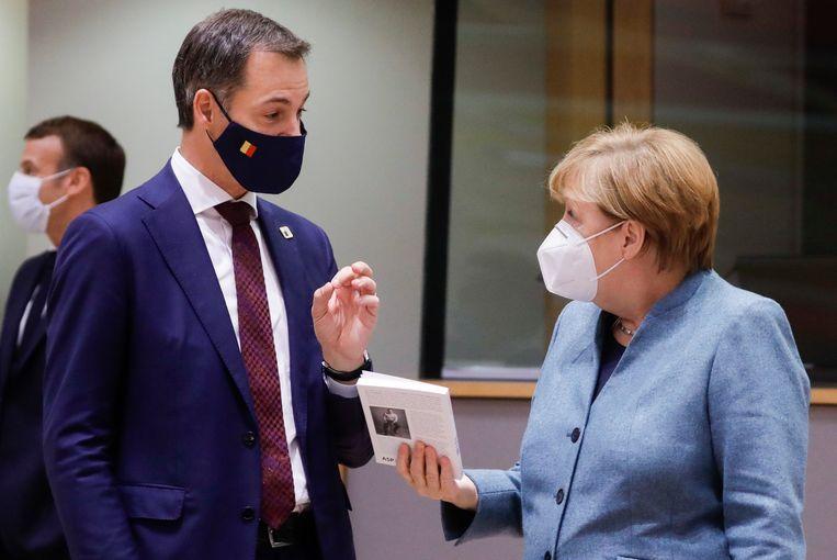 Belgisch premier Alexander De Croo (Open Vld) en Duitse Bondskanselier Angela Merkel in gesprek op de eerste dag van de Europese top in Brussel. (15/10/2020)  Beeld BELGA