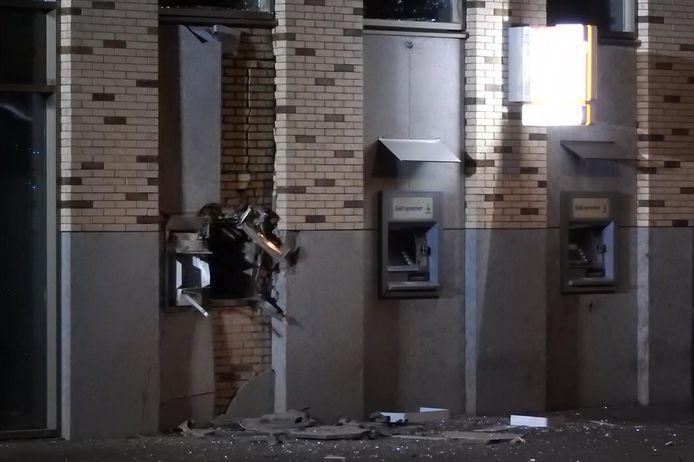 Veel schade aan de afstortkluis van de Rabobank in Uden, waar donderdagnacht een plofkraak is gepleegd.