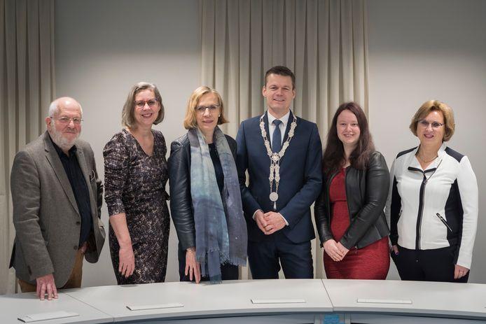 Het Waddinxveense college in januari 2020, toen alles nog koek en ei was.   Vlnr: Martin Kraaijestein, Hannie van der Wal, Gezina Atzema, Evert Jan Nieuwenhuis, Kirsten Schippers en gemeentesecretaris Annemie Blomme.