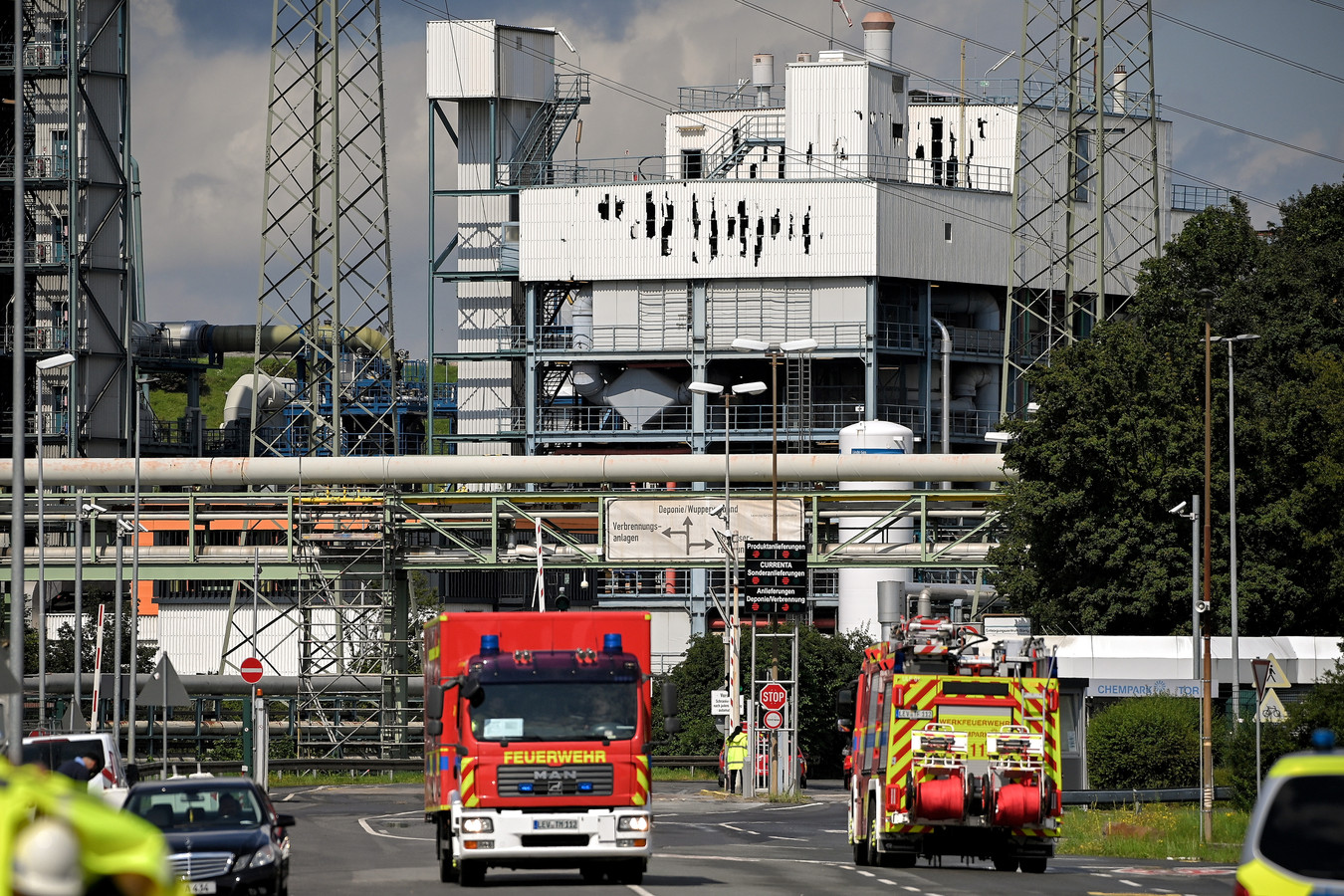 De afgesloten toegangsweg naar de afvalverwerkingsinstallatie met zijn gebarsten gevel nabij de plaats van een explosie op het terrein van 'Chempark' in Leverkusen,