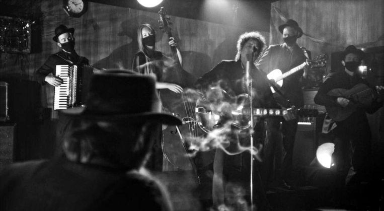 Bob Dylan werd voor de opnamen van Shadow Kingdom begeleid door een vierkoppige band.  Beeld