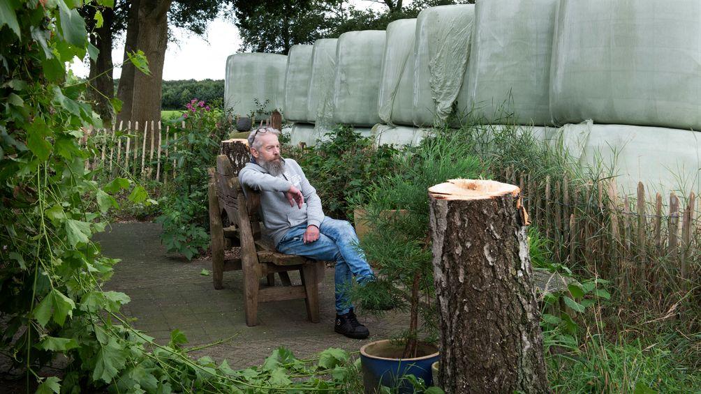 Bizarre burenruzie Leersum voorbij? Huisbaas Frans begraaft strijdbijl en wil muur van hooibalen verwijderen