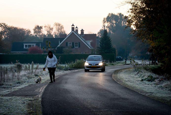 De Oude Baan in Hulten wordt 's ochtends en 's avonds veel gebruikt als sluiproute. Hultenaren voelen zich daardoor onveilig op de weg, met name als het donker is.