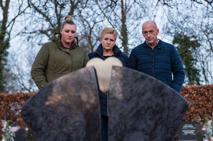 Rob van Duijl (rechts) zijn vrouw en dochter Liset op de Usseler begraafplaats bij het graf waar hun dochter en zus Sandra ligt begraven.