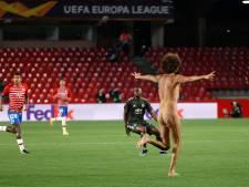 Geen fans bij Granada - ManUnited, maar toch streaker op het veld