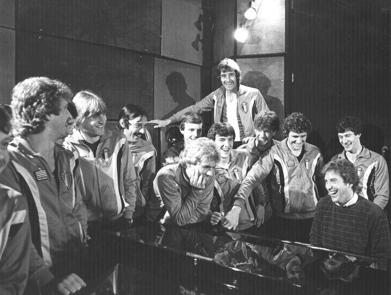 Will Tura moedigt de Rode Duivels aan voor hun avontuur op het WK in Spanje, met de song 'De Rode Duivels gaan naar Spanje' in 1982.  Beeld KOS