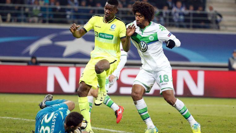 Wolfsburg-goalie Koen Casteel brengt redding Beeld photo_news