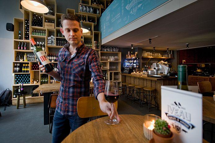 Eigenaar Ivo Mullink in zijn restaurant Iveau.