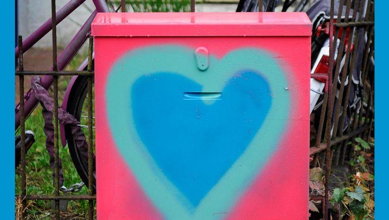 Telkens weer wordt het kabelkastje voor het huis van de verteller beklad met graffiti en telkens weer schildert hij het over. Beeld HH