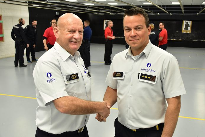Luc Deryckere geeft de leiding van de politiezone Arro Ieper door aan zijn opvolger, hoofdcommissaris Kenneth Coigné  foto: Luc Deryckere (links) en Kenneth Coigné