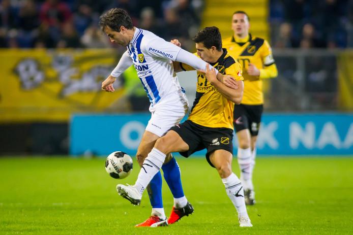 Ralf Seuntjes (links) van VVV in duel met Gianluca Nijholt