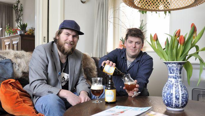 Koen (l.) en Walter genieten van hún Phoenix biertje.