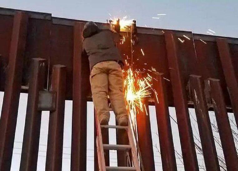 Aan het Mexicaanse grenshek werden in 2007 mannen betrapt die een katapult aan het vastlassen waren, geladen met twee reusachtige bundels cannabis. Beeld Photonews