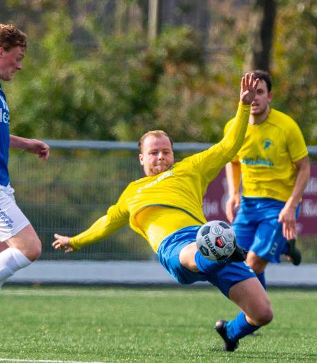 Laslo Duister na 32 maanden kruisbandleed terug op het veld: 'Heerlijk weer om voor publiek te voetballen'