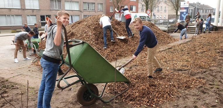 Leerlingen aan het werk tijdens de plantdag.