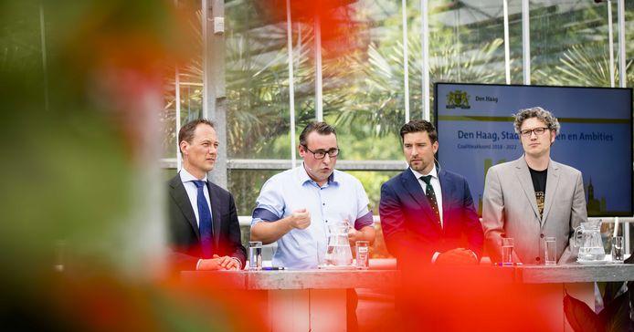 (VLNR) Boudewijn Revis (VVD), Richard de Mos (Groep de Mos), Robert van Asten (D66) en Arjen Kapteijns (Groenlinks) presenteren hun coalitieakkoord voor de komende vier jaren.