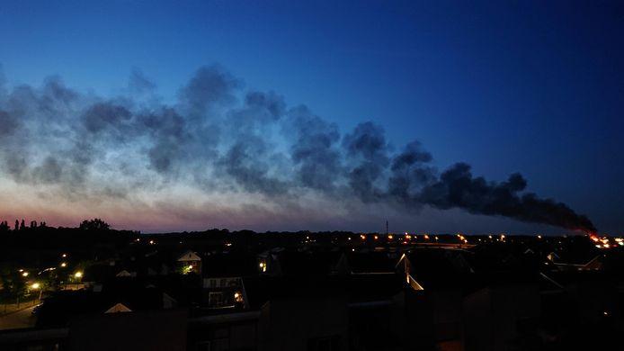 Zwarte rookwolken boven Uden door brand.