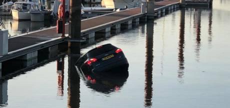 Auto dobbert rond in IJssel bij Deventer: 'Hùh wat ligt daar nu?'