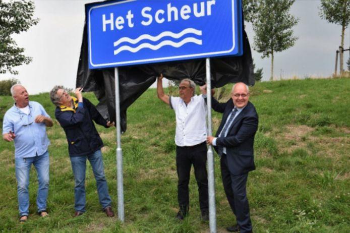 Twee begin augustus onthulde borden met daarop Het Scheur zijn inmiddels vervangen door borden met daarop de naam Scheur.