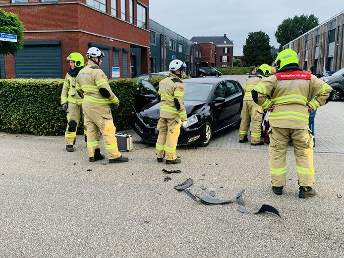 De brandweer moest een automobiliste bevrijden na een botsing op de Da Vincilaan in Ede.