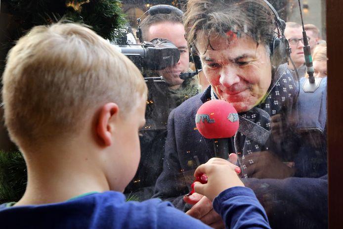 De 6-jarige, ongeneeslijke zieke, Tijn uit Hapert lakt in het Glazen Huis de nagels van burgemeester Paul Depla in 'Breda Rood'.
