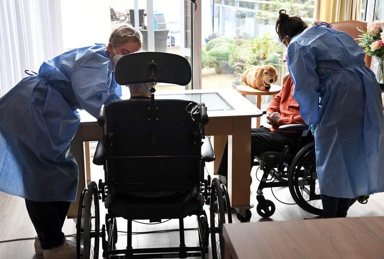 Coronapatiënten worden verzorgd in een verpleeghuis in Leerdam.  Beeld Marcel van den Bergh / de Volkskrant