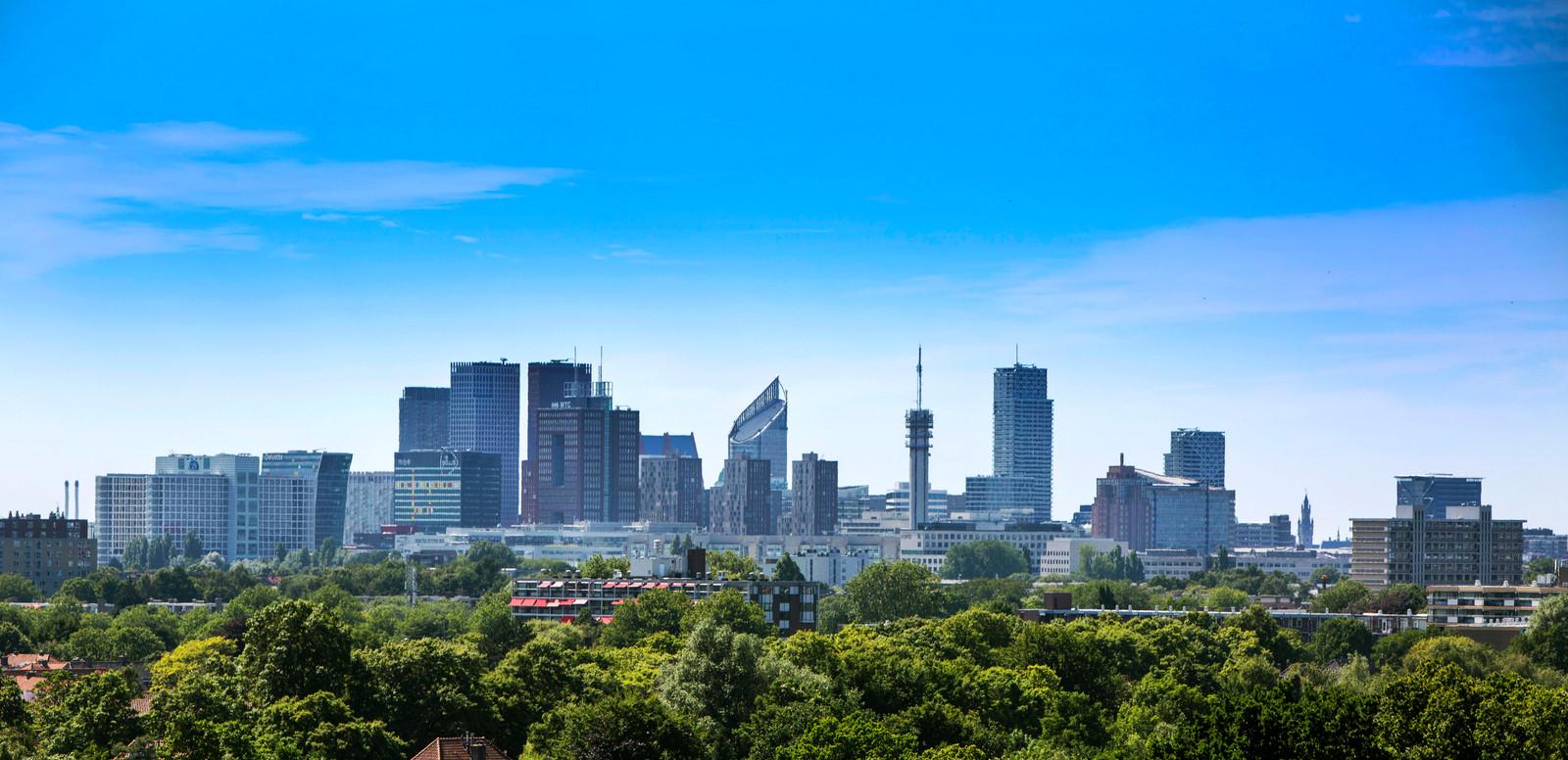De skyline van Den Haag gezien vanaf Leidschendam.