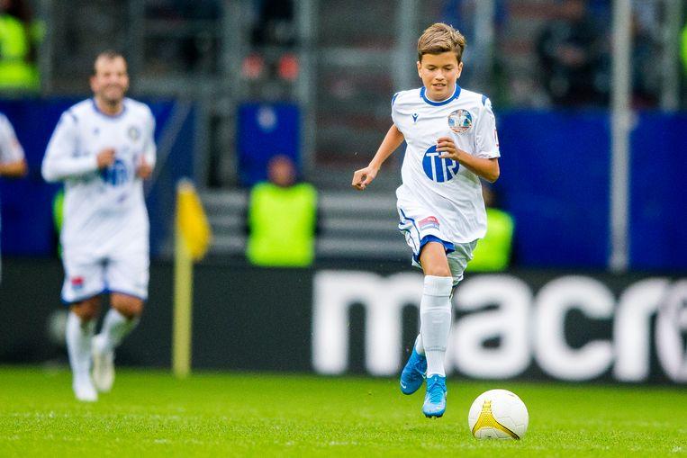 Damián van der Vaart aan de bal met op de achtergrond zijn vader. Beeld ANP