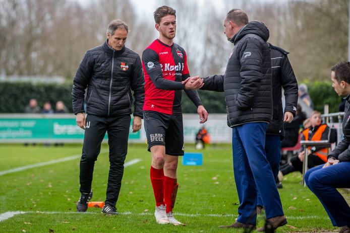 Joris Janssen verlaat het veld bij De Treffers in het duel met FC Lienden vorig seizoen.