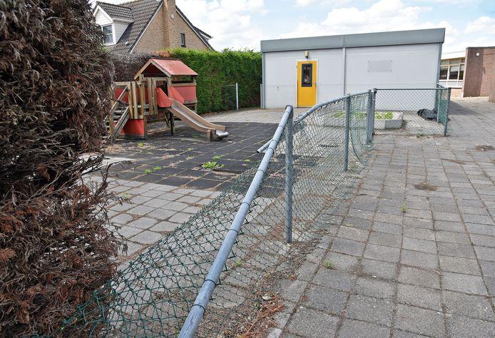 Het verlaten schoolterrein in Sint Jansteen