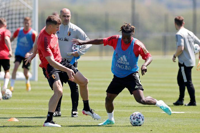 Bondscoach Roberto Martinez met Thomas Meunier en Jeremy Doku tijdens een trainingssessie van het nationale elftal gisteren. Morgen spelen de Rode Duivels een vriendschappelijke wedstrijd tegen Griekenland.