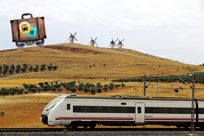 Een trein passeert bij Alcázar de San Juan enkele van de windmolens die beroemd zijn geworden uit het boek van Don Quichot.