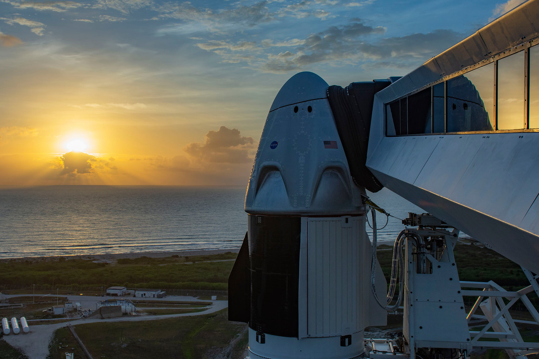 De Crew Dragon, bovenop de Falcon 9-raket, zoals die woensdag wordt gelanceerd.