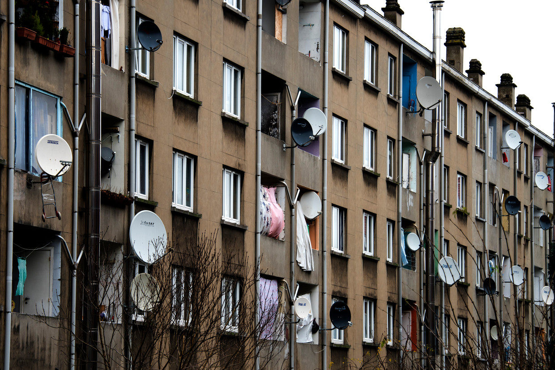 Sociale woningen in Molenbeek. Met 388 infecties per 100.000 inwoners doet die Brusselse gemeente het allesbehalve goed. Beeld Marc Baert