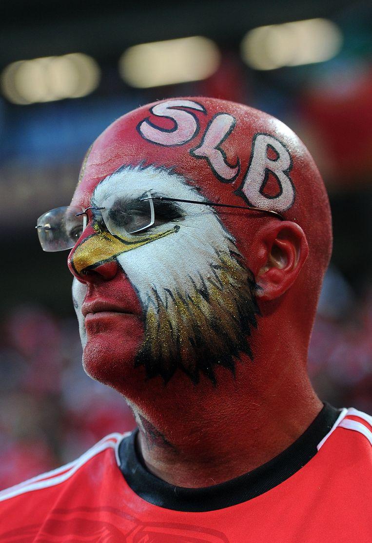 Een supporter van Benfica kijkt in Turijn naar de Europa League-finale tegen Sevilla. Beeld getty