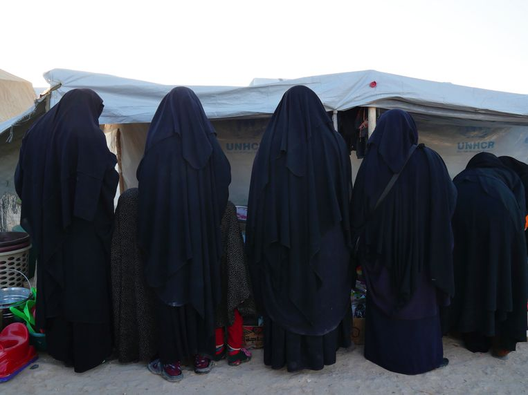 Vrouwen en kinderen aan een marktkraampje in Al Hol Beeld Bruno Struys