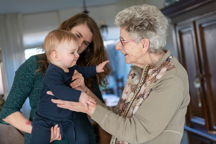 Een jonge moeder gaat met haar baby op bezoek bij haar oma thuis.