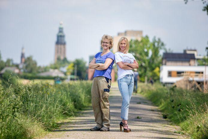 Mirelle van Zeeventer (rechts) in haar dagelijkse kleren en Riande Ros in haar kluskleren.