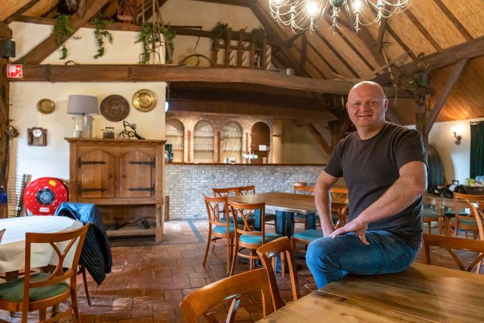 Niels Baans van restaurant De Drie Linden begint café Bij Baans achter in de rietgedekte schuur/feestzaal.