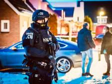 Gewapende agenten houden de wacht in Veldhoven: politie doet drugsonderzoek in woning