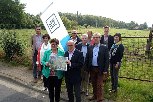 Burgemeester Carine Dewaele (Lendelede) en Koen Byttebier (vz Leiedal) met collegas 's schepencollege en Leideal bij de site Bergkapel.