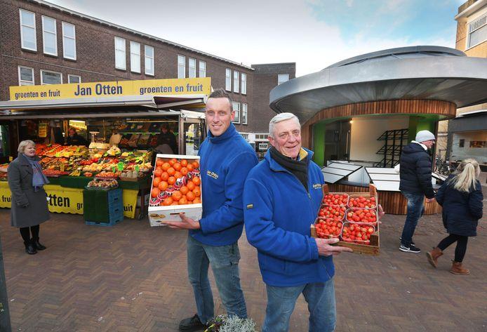 Groenteboeren Jan en Remy Otten bij oude, inmiddels verdwenen kiosk, en de nieuwe in de Haagse Fahrenheitstraat.