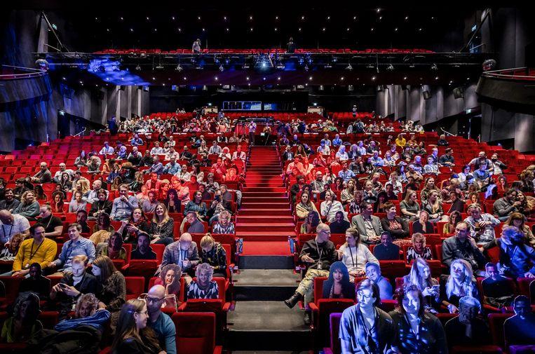 Bezoekers tijdens een optreden van de Nederlandse cabaretier Guido Weijers op 20 februari in Utrecht. Het evenement maakte onderdeel uit van de Fieldlab-experimenten. Beeld ANP