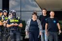 Ina Adema, met links de politie en rechts Farmers Defence Force-leider Mark van den Oever.
