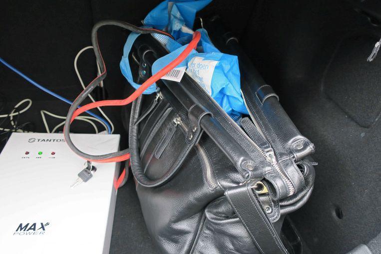 De hackapparatuur in de achterbak van de huurauto. Beeld EPA