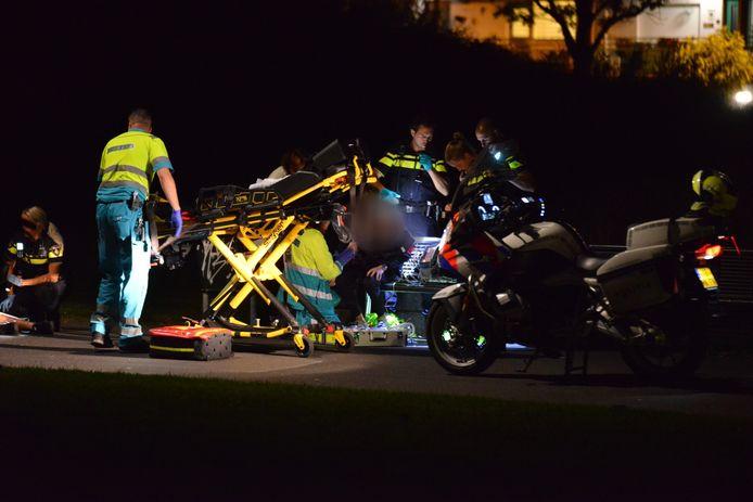 Hulpdiensten bij één van de slachtoffers van de steekpartij in Breda.