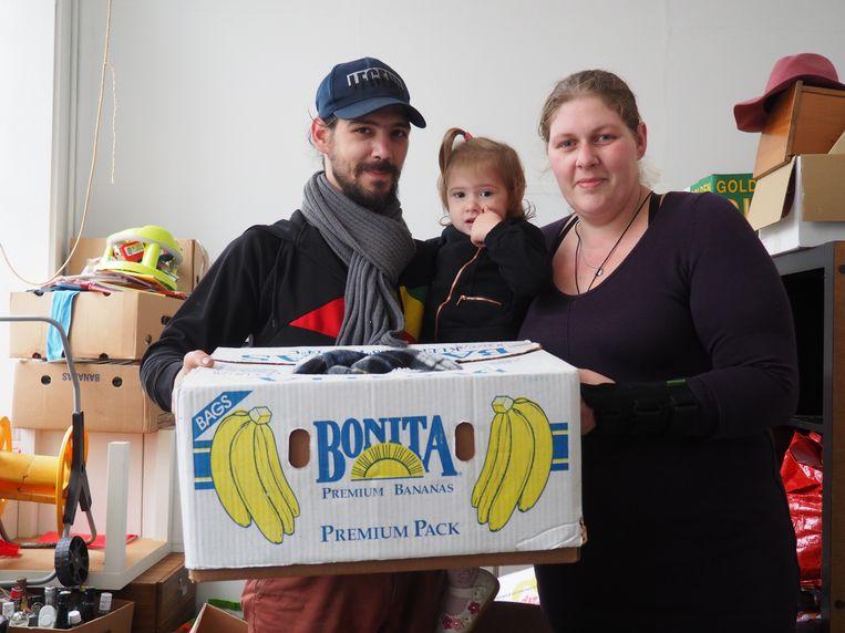 Bart Van Camp, Tamara Rijmenants en dochter Jaylinn (2) tussen de kartonnen dozen.