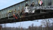 Schip vaart tegen spoorwegbrug: 6 uur lang geen treinverkeer