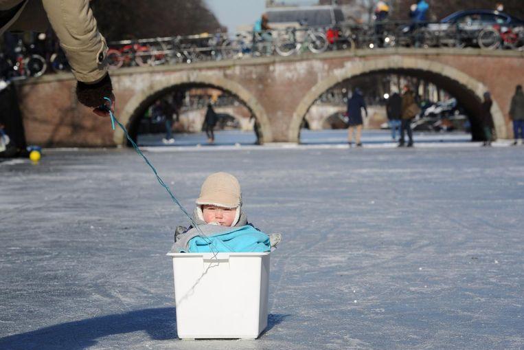 Beeld uit 2012: toen was het ijs op de grachten stevig genoeg Beeld anp