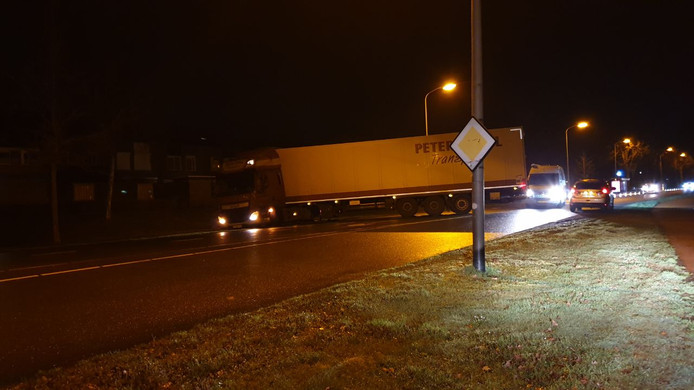 Op de Oostelijke Esweg in Hengelo blokkeert een vrachtwagen het grootste gedeelte van de weg.